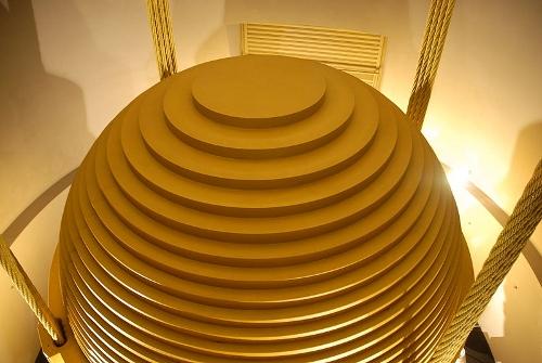 800px-Tuned_mass_damper_-_Taipei_101_-_Wikimania_2007_0224.jpg