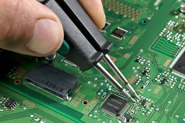 640px-Soldering_a_0805